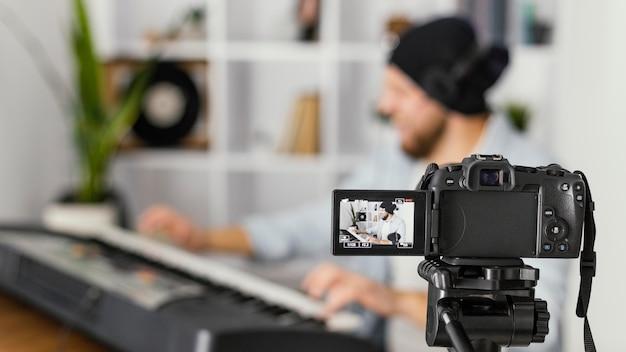 Średnio zamazany mężczyzna nagrywający siebie