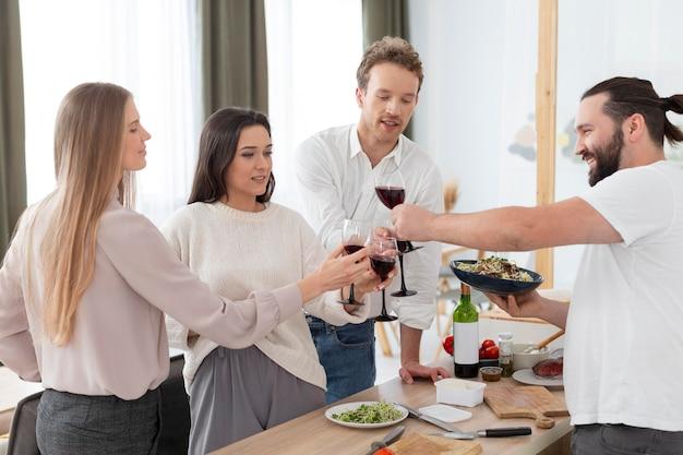 Średnio zastrzeleni ludzie z kieliszkami do wina