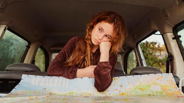 Średnio zastrzelona dziewczyna w samochodzie