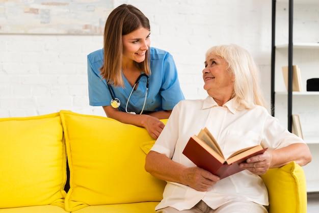 Średnio zastrzelona pielęgniarka rozmawia ze starą kobietą