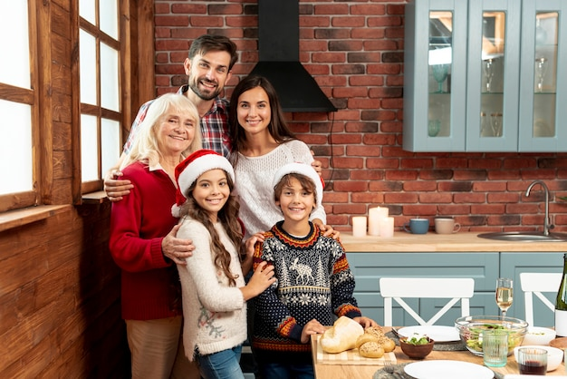 Średnio zastrzelone rodzinne spotkanie w kuchni