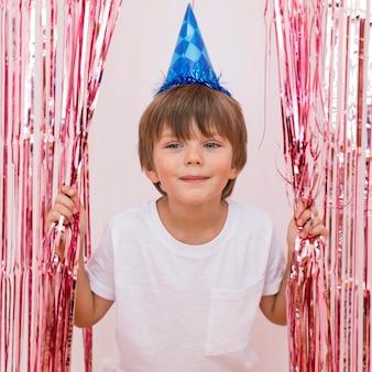 Średnio zastrzelony chłopiec w niebieskim kapeluszu