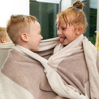 Średnio zastrzelony dzieci z ręcznikiem w pomieszczeniu