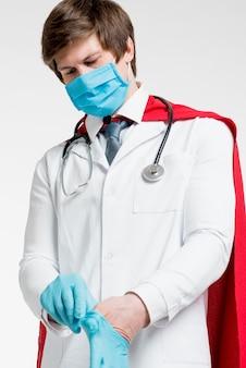 Średnio zastrzelony lekarz zakładający rękawiczki