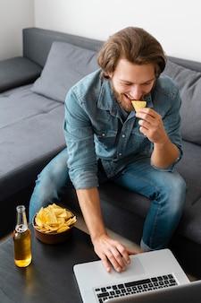 Średnio zastrzelony mężczyzna jedzący frytki