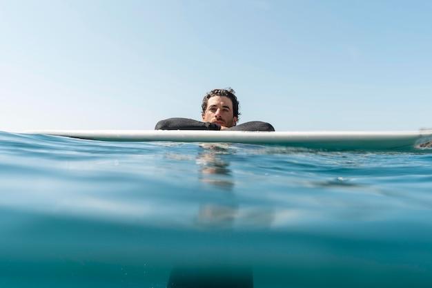 Średnio zastrzelony mężczyzna na desce surfingowej