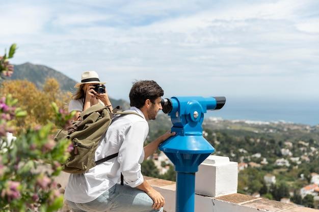 Średnio zastrzelony mężczyzna patrząc przez teleskop