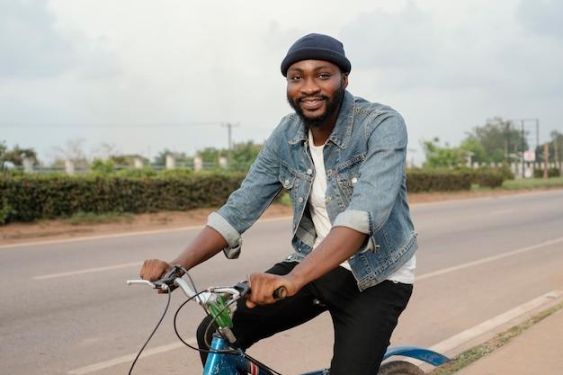 Średnio zastrzelony mężczyzna podróżujący na rowerze