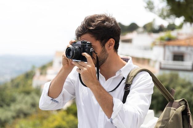 Średnio zastrzelony mężczyzna robiący zdjęcia
