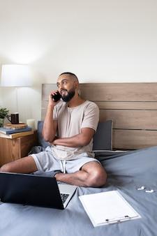 Średnio zastrzelony mężczyzna rozmawia przez telefon