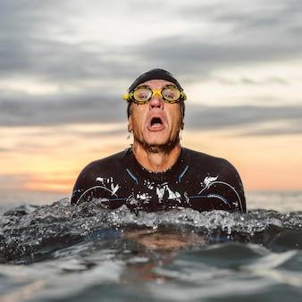 Średnio zastrzelony mężczyzna w okularach pływackich