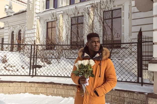 Średnio zastrzelony mężczyzna z kwiatami