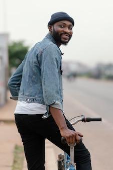 Średnio zastrzelony mężczyzna ze stawianiem roweru
