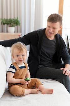 Średnio zastrzelony ojciec i dzieciak na kanapie