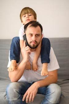Średnio zastrzelony ojciec rozmawia przez telefon