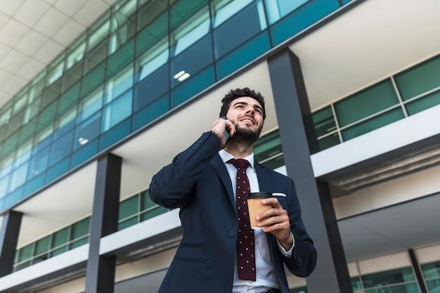 Średnio zastrzelony prawnik rozmawia przez telefon na zewnątrz