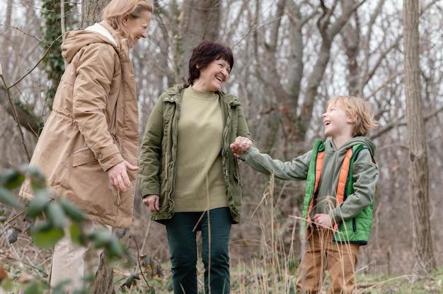 Średnio zdjęcia kobiet i dzieciaka w lesie