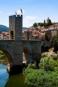 Średniowieczna brama na starym mieście