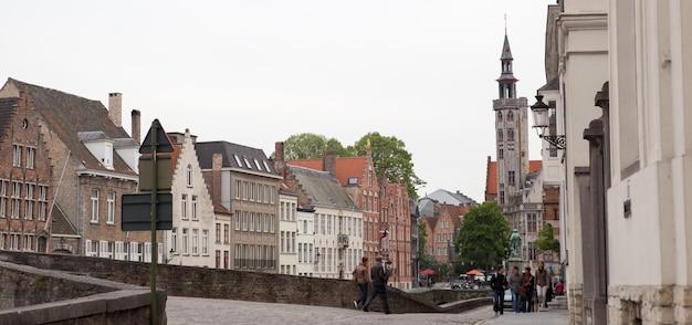 Średniowieczna dzwonnica w historycznym centrum brugii