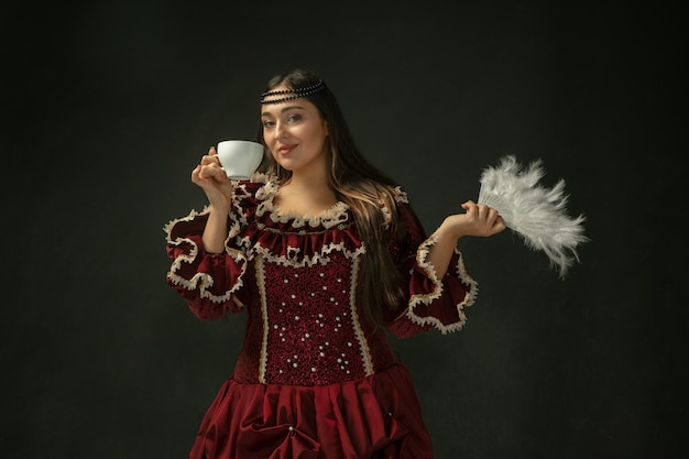 Średniowieczna młoda kobieta w staromodnym stroju