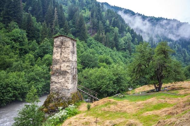 Średniowieczna svan love tower na rzece enguri, wioska kala, samegrelo-zemo svaneti, georgia.
