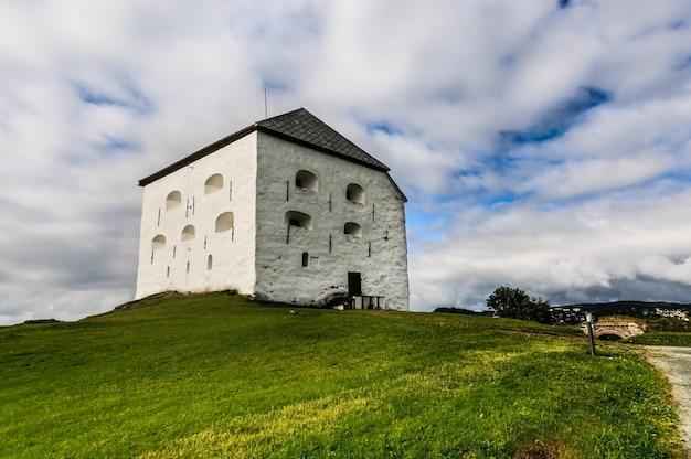 Średniowieczna twierdza kristiansten w trondheim, norwegia pod imponującym niebem