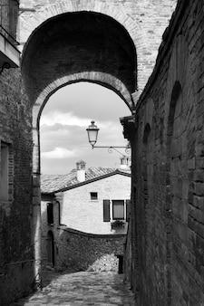 Średniowieczna ulica w mieście santarcangelo di romagna, prowincja rimini, włochy. czarno-biały pejzaż miejski