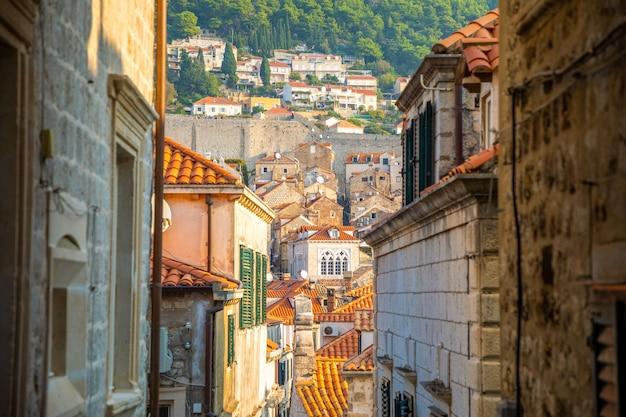 Średniowieczna wąska ulica w starym mieście dubrovnik, chorwacja