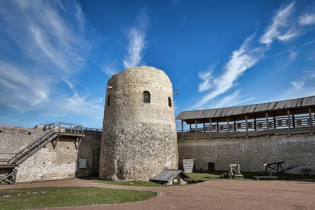 Średniowieczna wieża twierdzy izborsk. obwód pskowski, rosja