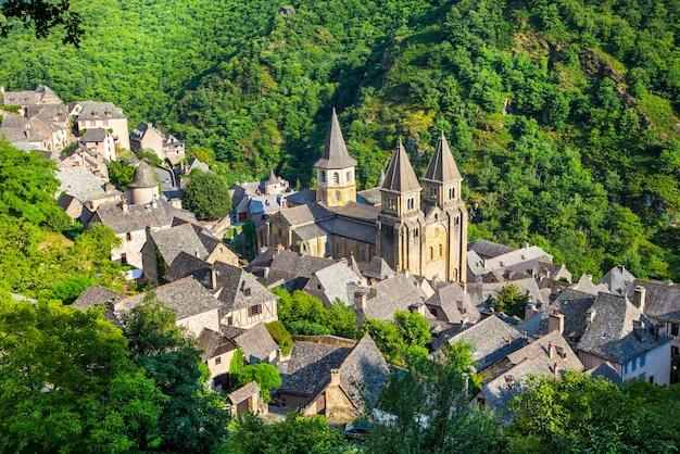 Średniowieczna wioska conques i opactwo saint foy, francja. najpiękniejsze wioski francji