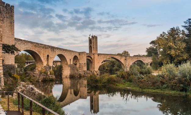 Średniowieczna wioska o nazwie besal znajduje się w katalonii