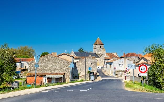 Średniowieczna wioska szefa kuchni boutonne w departamencie deux sevres we francji