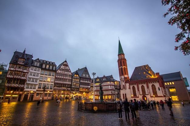 Średniowieczne budynki historyczne przy rynku starego miasta z pomnikiem justitii we frankfurcie w niemczech.