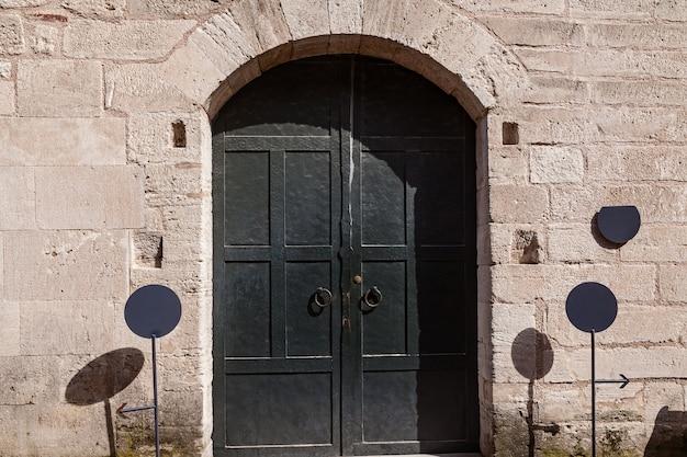 Średniowieczne czarne metalowe drzwi. metalowe drzwi łukowe