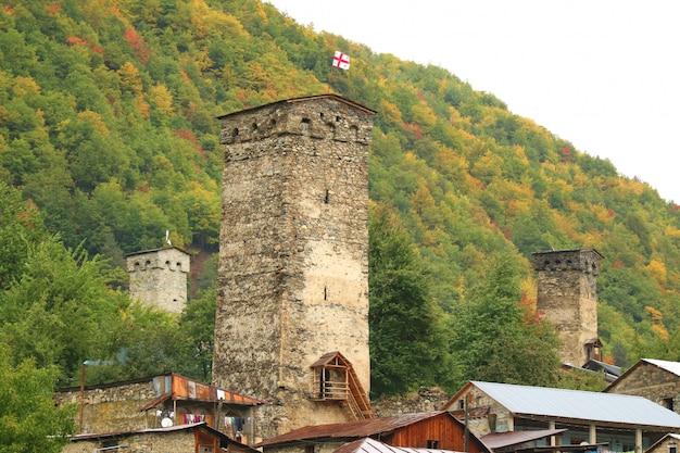 Średniowieczne domy svan tower w mestii, prowincja gruzja samegrelo-zemo swanetia