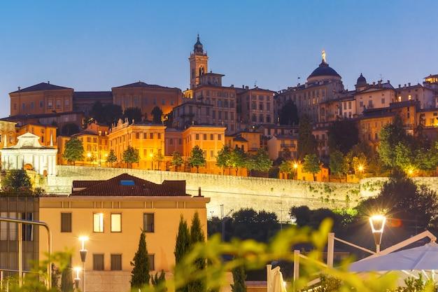 Średniowieczne górne miasto bergamo o zachodzie słońca w lombardii we włoszech