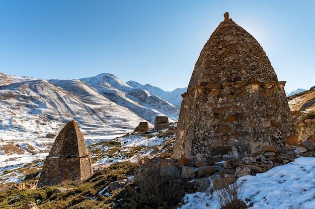 Średniowieczne grobowce w city of dead niedaleko eltyulbyu, kabardino-balkaria, rosja