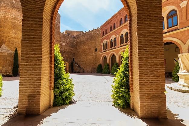 Średniowieczne łuki wewnątrz zamku belmonte w la mancha. hiszpania.