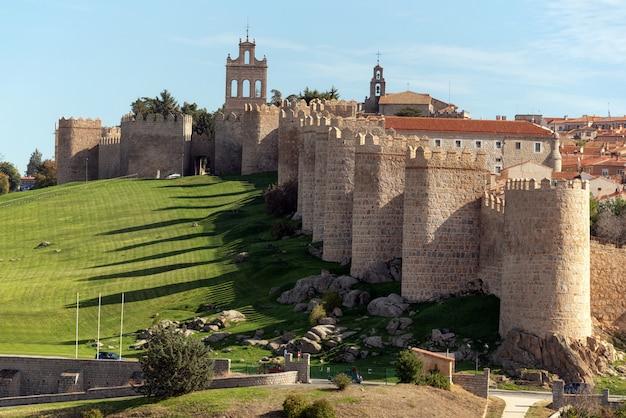Średniowieczne mury miejskie w avila, castilla y leon, hiszpania. uważany za najlepiej zachowany w europie.