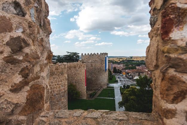 Średniowieczne otoczone murem ogrodzenie miasta avila. widok ze szczytu ściany.
