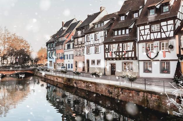 Średniowieczni domy w colmar, francja w zimie