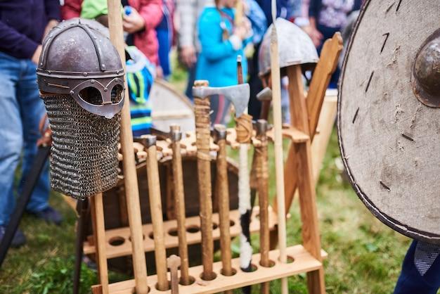 Średniowieczni wojownicy barbarzyńców w zbroi