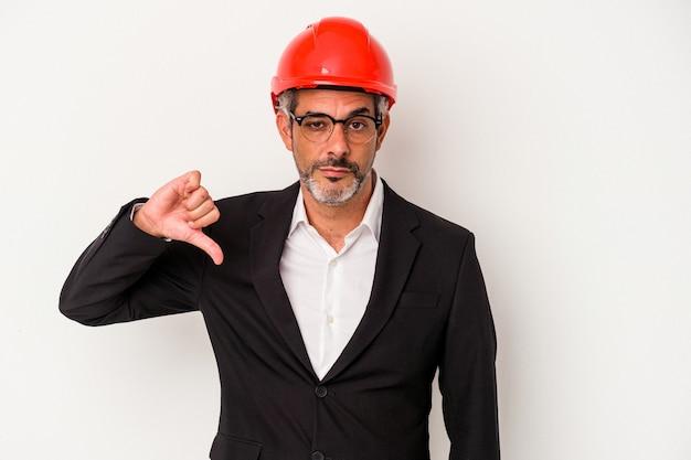 Średniowieczny architekt kaukaski mężczyzna na białym tle pokazujący gest niechęci, kciuk w dół. koncepcja niezgody.
