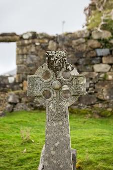 Średniowieczny cmentarz w szkocji, krzyż nad grobem