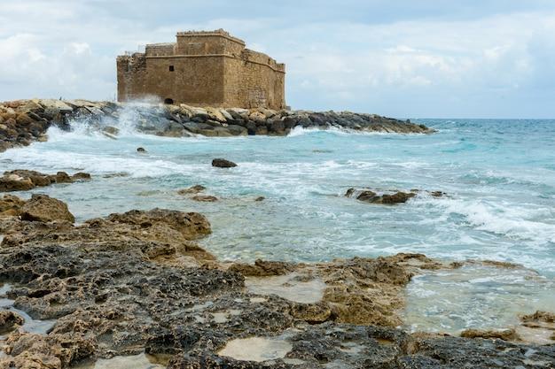 Średniowieczny fort w pafos z turystą