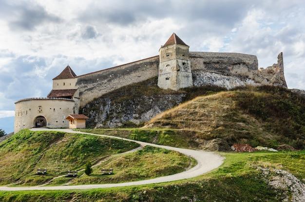 Średniowieczny forteca w rasnov, transylvania, brasov, rumunia