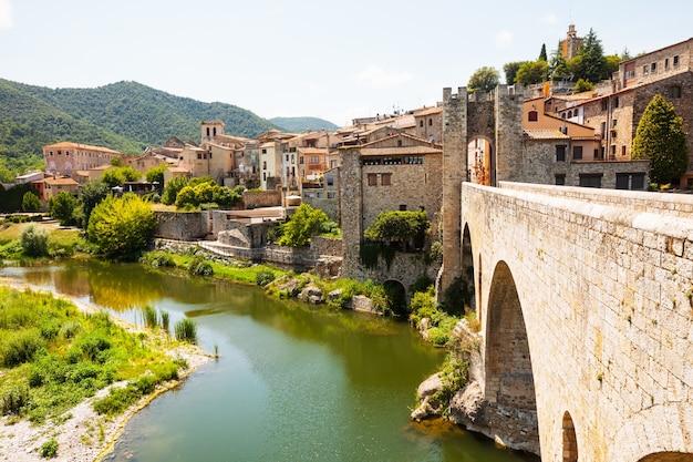 Średniowieczny kamienny most nad rzeką fluvia w besalu