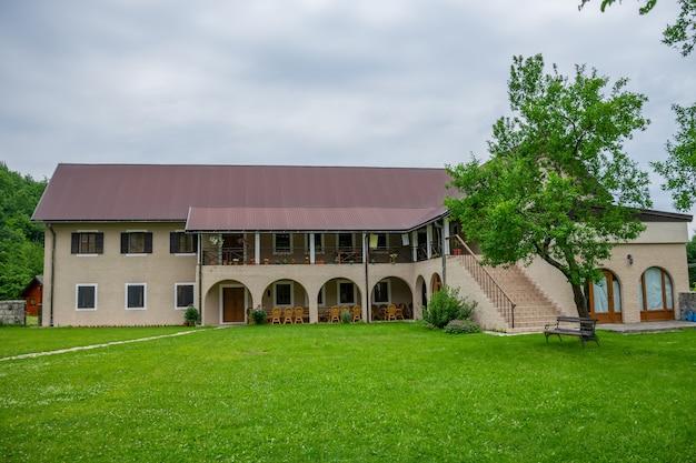 Średniowieczny klasztor pivsky znajduje się wśród gór na północy czarnogóry.