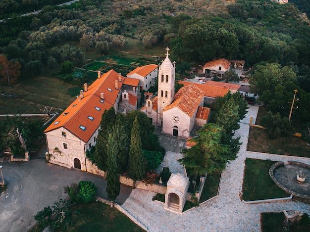 Średniowieczny klasztor w górach na morzu śródziemnym