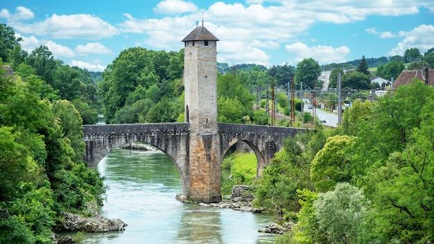 Średniowieczny most nad rzeką gave de pau w mieście orthez we francji
